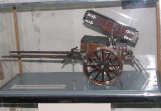 Вид сбоку модели проектного 22-х ствольного ракетного ящика XIX века