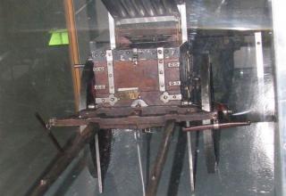 Вид спереди модели проектного 22-х ствольного ракетного ящика XIX века