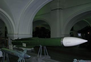 Макет зенитной управляемой ракеты 9М38 зенитно-ракетного комплекса 9К37