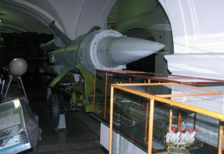 Макет зенитной управляемой ракеты 3М8 зенитно-ракетного комплекса 2К11