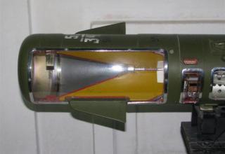 Вид головной части и органов управления разрезного макета противотанковой управляемой ракеты 9М17П ПТРК