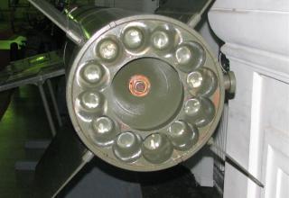 Вид заднего среза соплового блока разрезного макета ракеты 3М9 тактического ракетного комплекса 2К6