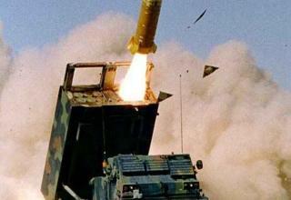 Изображение боевой машины с ТПК для запуска НУРС системы MLRS (слева) и ТПК для запуска ракеты комплекса ATACMS (справа) (НАТО)