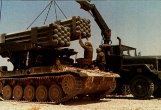 Перезаряжание боевой машины РСЗО LAR-160 (Израиль)