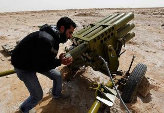 Ливийский повстанец подготавливает к стрельбе установку Type 63, Brega, 2.03.2011 г. AP Photo/Hussein Malla