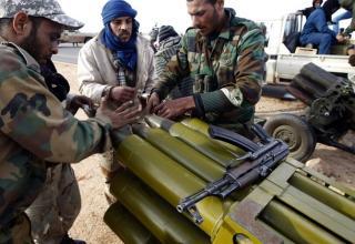 Боевики повстанцев подготавливают к стрельбе установку залпового огня около Bin Jawad, 6 марта 2011 года