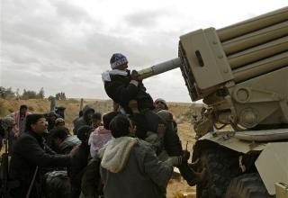 Боевики повстанцев заряжают направляющую БМ-21 (БМ-21-1?) во время боя на дороге между Ras Lanuf и Bin Jawad, 9.03.2011г.REUTERS