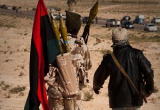 Ливийский повстанец возвращается с фронтовой линии на окраине Ajdabiya, юг Бенгази. 22.03.2011 г. фото AP.