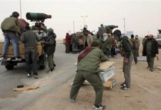 Многоствольные установки ливийских повстацев, смонтированные сзади пикапов после отступления на окраине Аджабии. 7.04.2011 г.