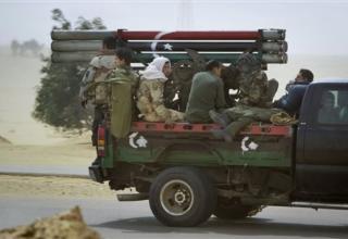 Ливийские боевики повстанцев во время поспешного отступления из Аджабии. Четверг. 7.04.2011 г.
