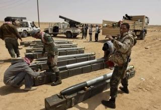 Ливийские боевики повстанцев подготавливают РС для использования по позиции на западе Аджабии. Среда 6.04.2011. AP/Ben Curtis