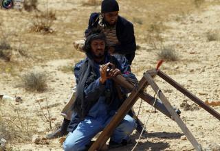Боевики повстанцев заряжают установку ракетой на восточной окраине Бреги. 5.04.2011 г.