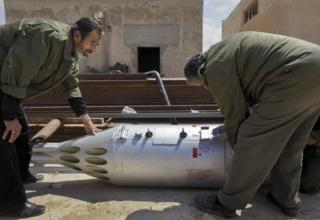 Рабочие осматривают авиационную установку. Оружейная мастерская и тренировочный лагерь повстанцев в Бенгази. 19.04.2011 г.