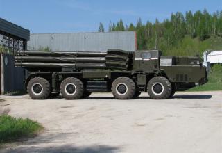 Вид сбоку боевой машины 9А52 РСЗО