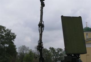 РЛС с фазированной антенной решеткой(справо) и мобильная унифицированная РЛС разведки наземных движущихся целей КРЕДО-1С (слево)