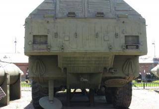 Пусковая установка 9П71 с ракетой 9М714 ракетного комплекса 9К714