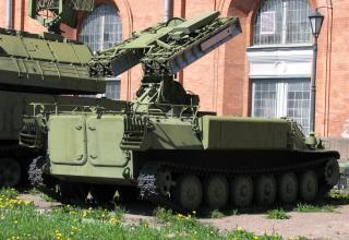 Боевая машина 9А35 с четырьмя ракетами 9М37 зенитно-ракетного комплекса 9К35