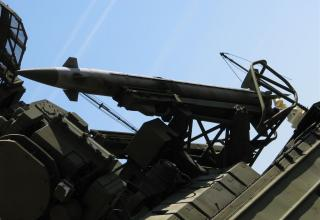 Боевая машина 9А33 с двумя ракетами 9М33 зенитно-ракетного комплекса 9К33