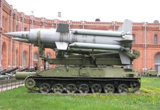 Пусковая установка 2П24 с двумя ракетами 3М8 зенитно-ракетного комплекса 2К11