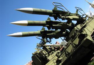 Пусковая установка 2П25 с тремя ракетами 3М9 зенитно-ракетного комплекса 2К12