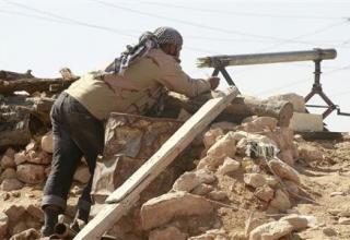 Повстанец подготавливает к стрельбе самодельную установку для стрельбы ракетами калибра 68 мм. http://news.yahoo.com/photos