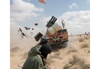1.04.2011 г. AP. http://mliberalguy.blogspot.com/ Стрельба по силам Каффафи вдоль фронтовой линии за Брегой.