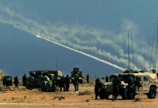 Дата снимка: 29.03.2003 г. Залп РСЗО MLRS в Ираке. http://foto.mail.ru/mail/warlord109/241/319.html