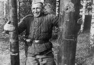 Сапер Н. Кондрашев с обычным снарядом М-13 и изготовленной летающей торпедой; http://news.bcm.ru/gallery/15