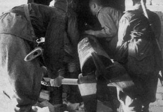 Переноска летающей торпеды для ее запуска из окна по дому, в котором засели немцы;  http://news.bcm.ru/gallery/15