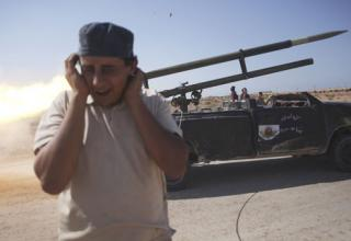 Ливийский революционный боевик запускает ракету(РС) по силам Гадхафи в Сирте. By Manu Brabo, AP, 5.10.2011 г.