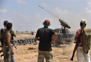 Ливийские революционные боевики стреляют во время удара по Сирту 28.09.2011 г. AP. http://www.daylife.com