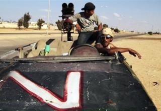 Революционные боевики возвращаются с линии фронта. 23.09.2011 г. АР.http://www.daylife.com/