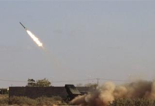 Революционные боевики стреляют реактивными снарядами