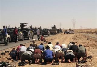 Революционные силы молятся в около 60 км от г.Сирт.15.09.2011 г. АР. http://www.daylife.com/