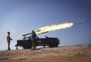 Ливийские революционные боевики пускают ракету во время боя за г.Сирте. 5.10.2011г. http://www.daylife.com