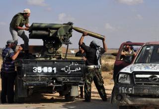 Боевики Национального Переходного Совета заряжают БМ РСЗО около фронтовой линии в Сирте 30.09.11 г.(AFP).http://www.daylife.com