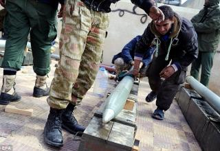 Боевик повстанцев подготавливает РС