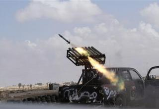 Стрельба по силам Гаддафи около 2 км от центра г.Сирт. 28.09.2011г. http://www.reuters.com. Credit: REUTERS/Anis Mili