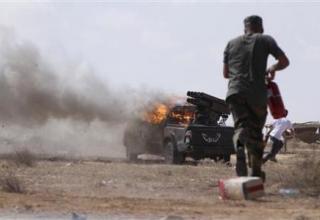 Стрельба по силам Каддафи около 2 км от центра г.Сирт. 28.09.2011г. http://www.reuters.com. Credit: REUTERS/Anis Mili