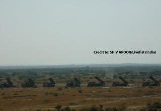 Панорамная фотография боевых машин 9А52-2Т и боевых машин РСЗО Pinaka. Сredit to: SHIV AROOR/Livefist