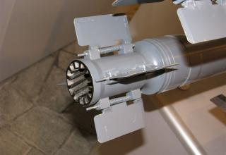 Вид хвостового оперения макета корректируемой авиационной ракеты с головкой самонаведения