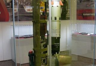Макеты в разрезе ПТУР 9М113Р (слева) и макет ПТУР 9М113М (справа)