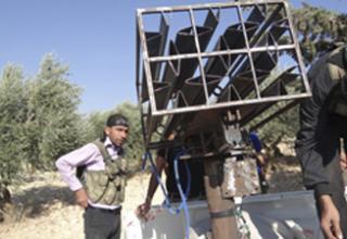 Боевики свободной сирийской армии стоят рядом с самодельной ракетной установкой в Сермине около Идлиба 17.10.2012 г. www.cbc.ca