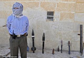 Изготовитель оружия Abu al-Fadhel показывает ракеты с дальностью до нескольких миль.  http://www.dailymail.co.uk/news/article-2