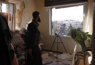 Член Свободной Сирийской Армии за ракетной установкой внутри дома в районе Saif al-Dawla г.Алеппо. 29.08.2012г. www.trust.org