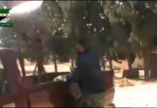 Сирийские повстанцы монтируют ракетные установки Braszma на автомобилях-пикапах в Хомсе. 11/03/2012.
