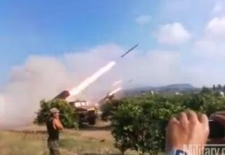 Бойцы Свободной Сирийской Армии стреляют несколькими НУРС из БМ-21 в Сирии.12/18/2012. http://www.military.com