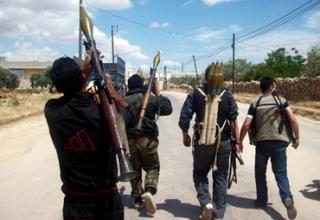 Члены Свободной Сирийской Армии несут РПГ в Bab Al Hawa, окраина Idlib (Reuters/Str). Опубл. 21.06.2012г.
