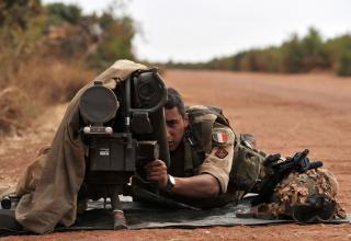 Французский солдат из Диабали нацеливает ПТРК на передовой позиции около Диабали 22.01.2013 г. (Issouf Sanogo/AFP/Getty Images)