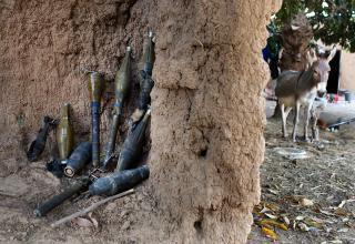 Возможно, остатки выстрелов гранатометов повстанцев во внутреннем дворе в Диабали. 23.01.2013 г. (Joe Penney/Reuters)